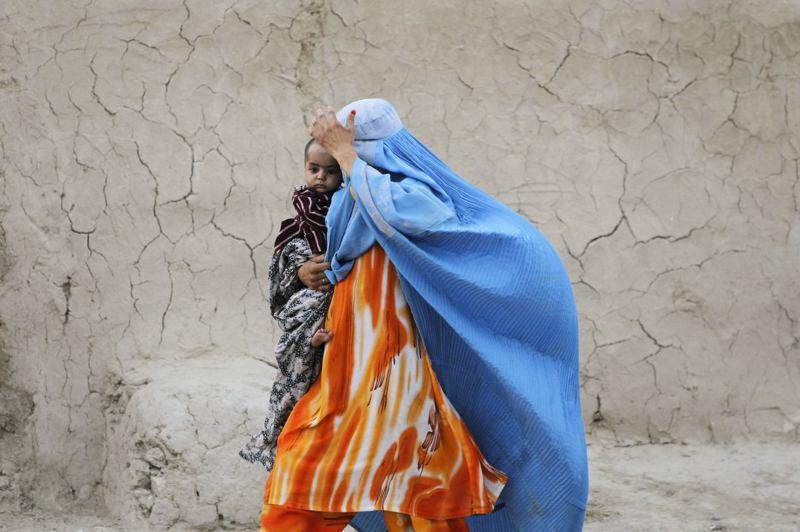 神學士過去掌權期間強制女性外出穿罩袍,儘管據說規定會有所鬆綁,但多數人仍持懷疑態度。路透