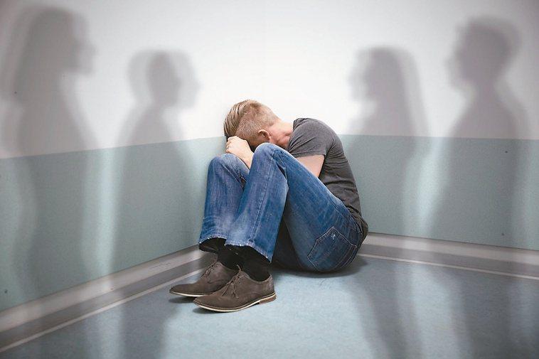疫情期間,思覺失調患者仍須規律回診、服用藥物,以避免病情惡化。圖/123RF