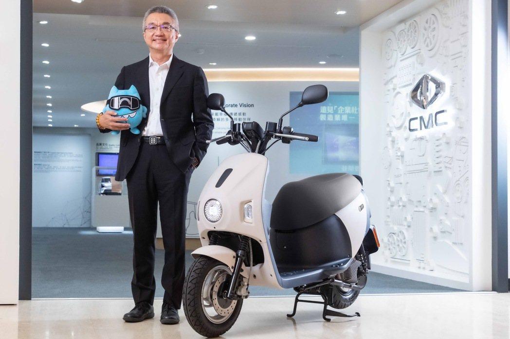 中華汽車總經理陳昭文與eMOVING第一台換電式電動機車EZ1。 圖/中華汽車提...