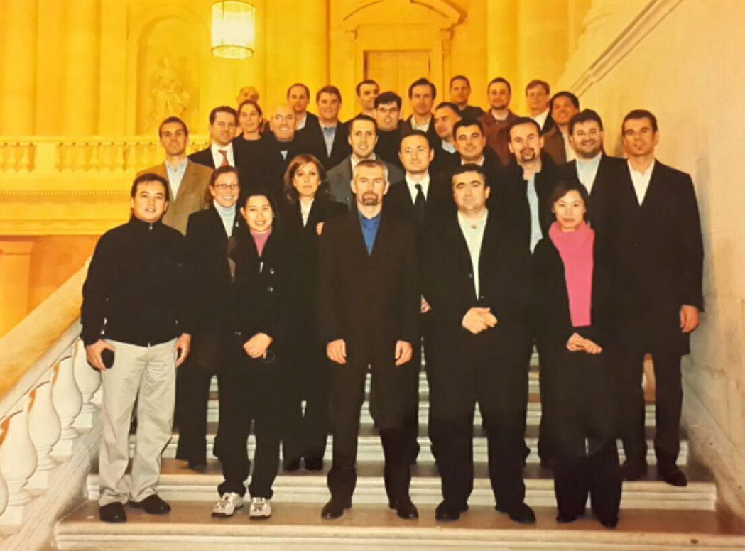 2004年,劉偉蘋代表台灣太古可口可樂至法國參加通路年度會議,會議期間至凡爾賽宮...