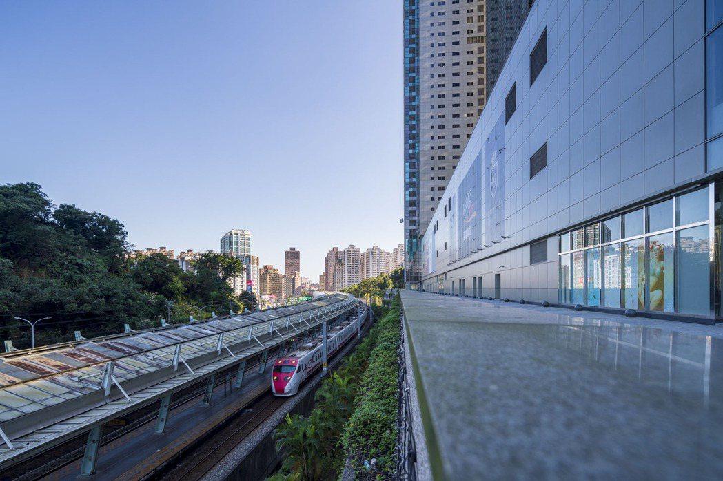 汐科園區受惠於台鐵、捷運及新台五路交通網絡,和南港、內科形成產業黃金三角。
