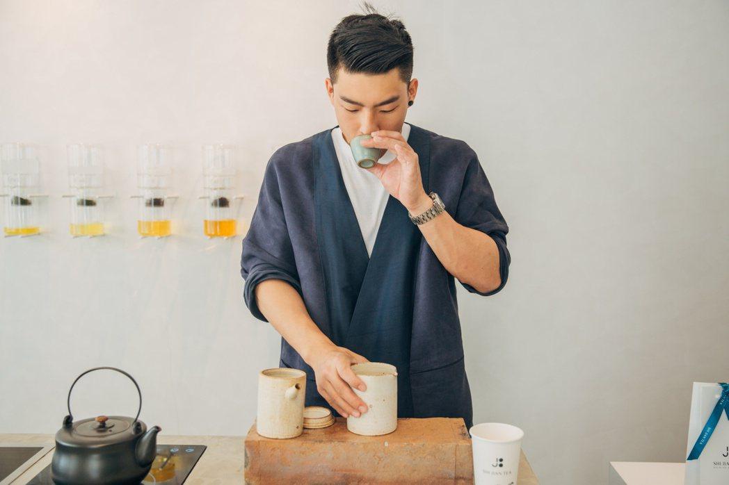 十間茶屋讓艱澀茶道更融入日常,研發原葉掛耳袋,大空間讓茶葉徹底舒展浸泡、釋放香氣...