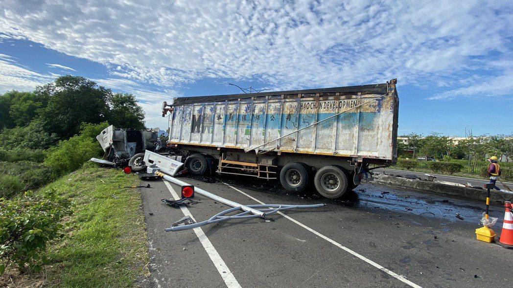 一輛曳引車今上午6點多行駛在屏東縣佳冬鄉台一線戰備跑道南端北向車道,先撞擊南下交...