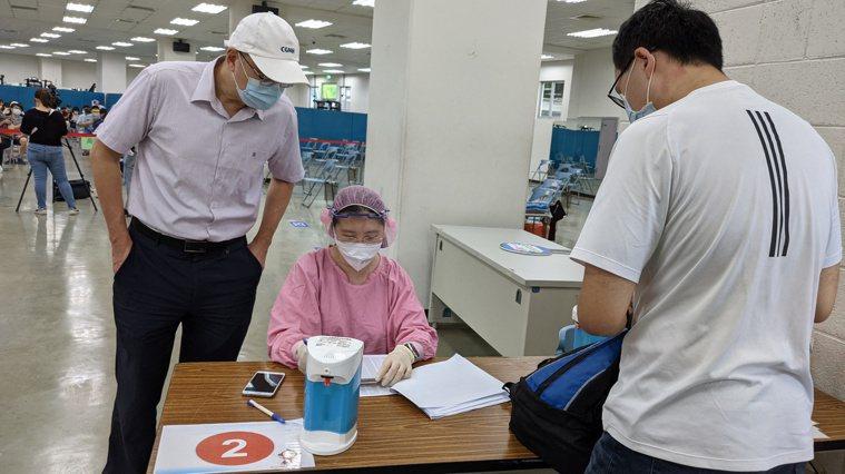 國產高端疫苗今天首度開打,台北長庚接種站上午九點開站,一個半小時就已接種大約20...