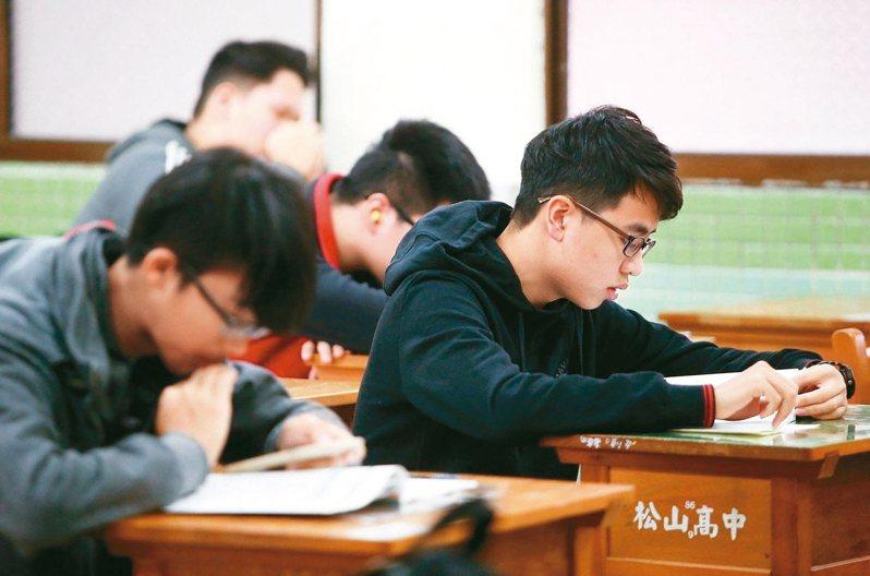有香港高中數學老師挑戰台灣大學學測110年數學科考卷,感想是如果他是台灣高中數學老師,他會不知道怎麼鼓勵學生努力讀數學。此為示意圖,照片中人物與新聞無關。圖/聯合報系資料照片