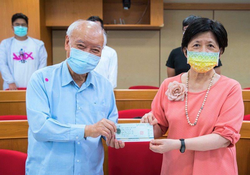 台大退休教授朱英龍(左)三年來第3度到訪亞洲大學網路成癮防治中心,且每年都捐出1百萬元,用於網路成癮防治。圖/亞洲大學提供