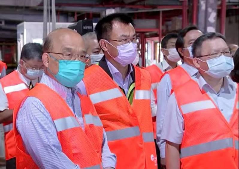 政院長蘇貞昌(左一)視察對關務署造成非洲豬瘟破口不以然。記者曾增勳/翻攝