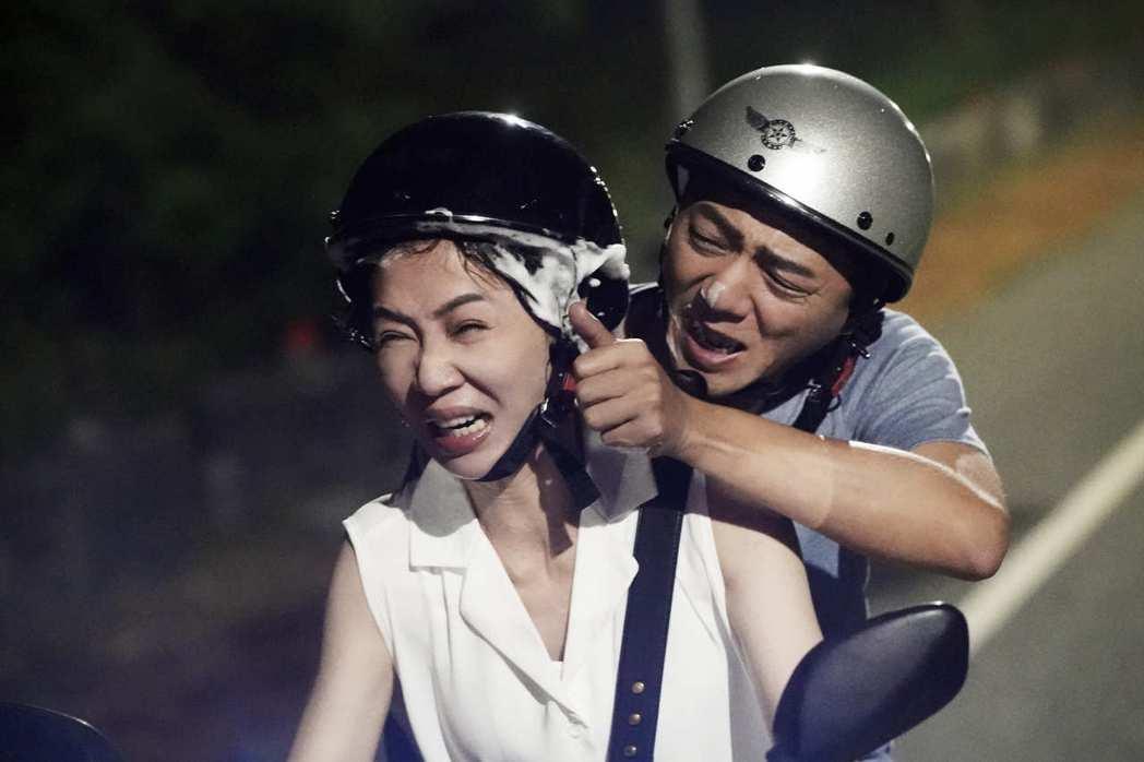 謝盈萱、藍葦華在「俗女2」森玲CP互動逗趣。圖/華視、CATCHPLAY提供