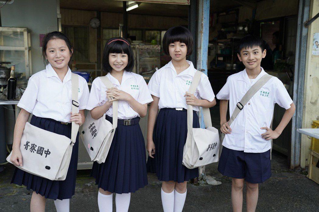 朱宥丞(右)、吳以涵在「俗女2」中青梅竹馬互動爆笑又可愛。圖/華視、CATCHP
