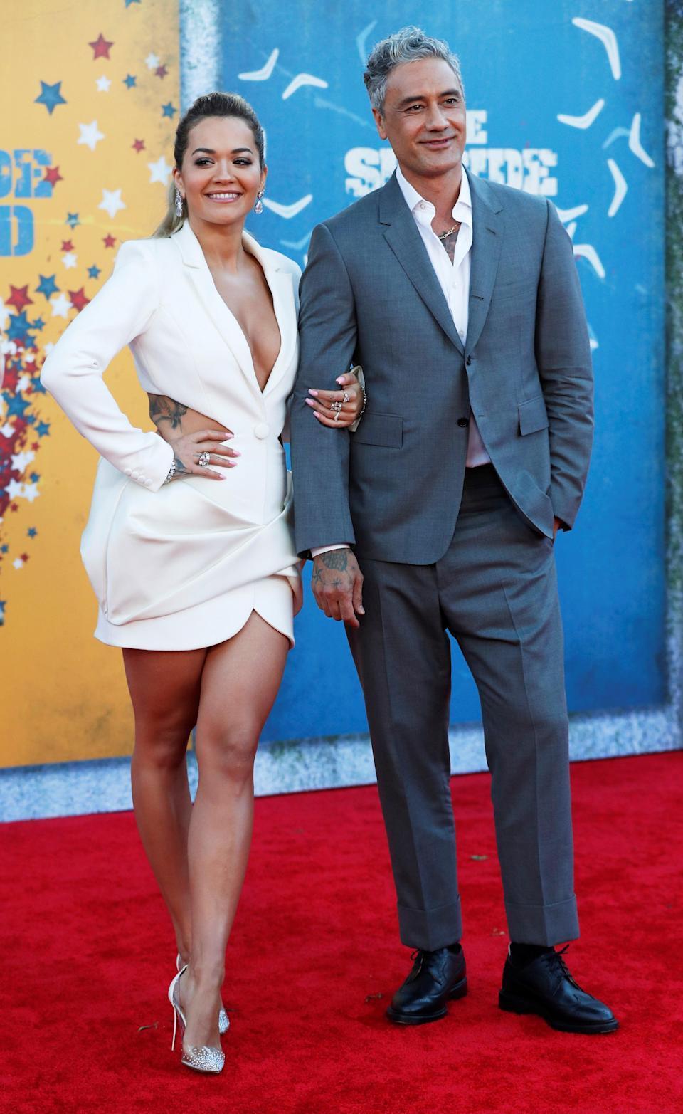 芮塔歐拉和塔伊加維迪提在「自殺突擊隊:集結」美國首映會上正式公開戀情。(路透資料...