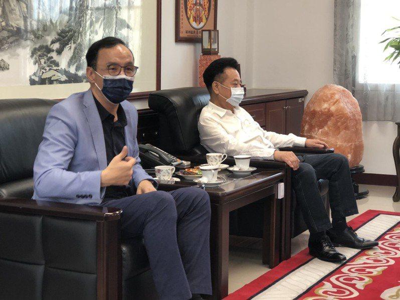 前國民黨主席朱立倫(左)到金門縣議會拜會議長洪允典(右),雙方相談甚歡。記者蔡家蓁/攝影