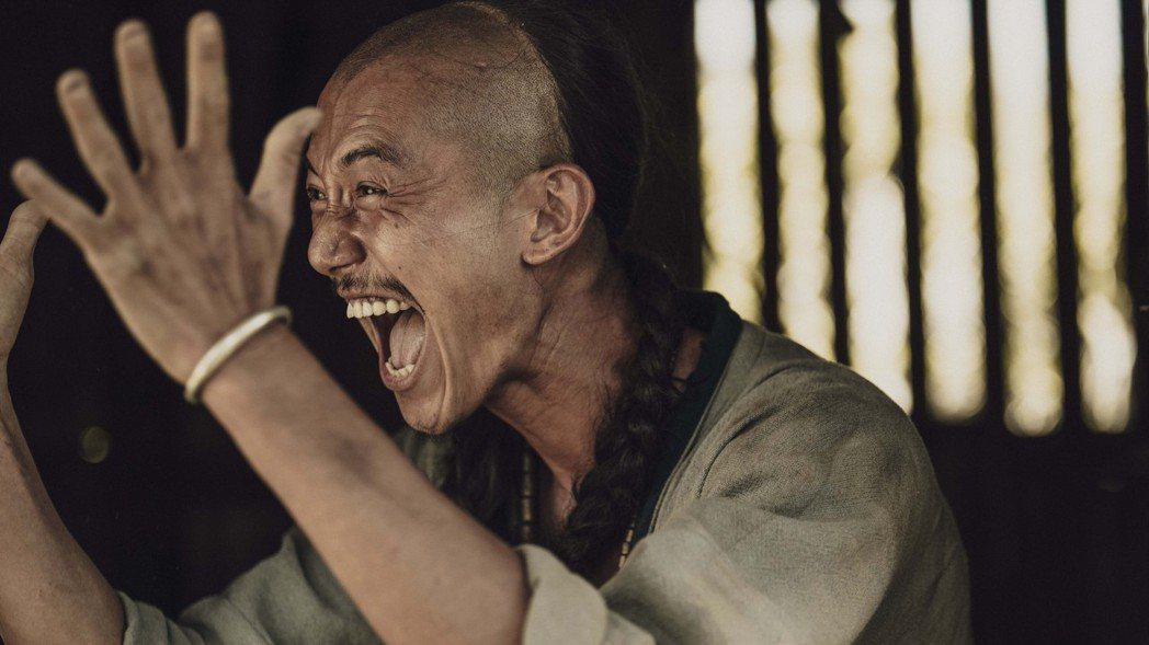 吳慷仁在「斯卡羅」中演出卑微求生的社寮頭人「水仔」,命運游走在外人跟斯卡羅之間。...