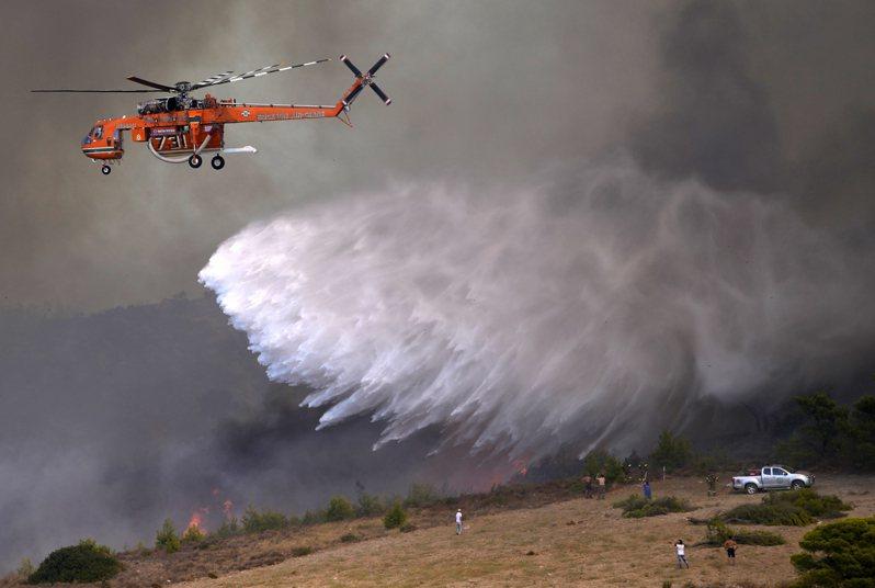 雅典南方約55公里的希德里納村本月16日出現野火,消防單位以直升機救災。美聯社