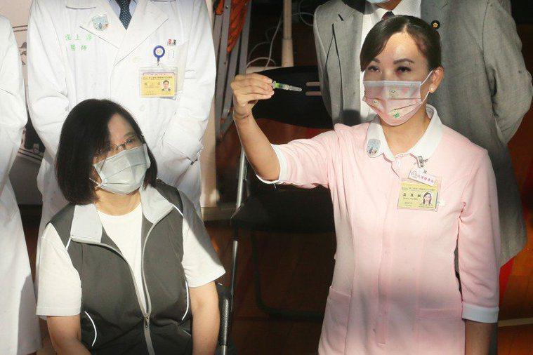 蔡英文總統今早至台大醫學院體育館接種高端疫苗,還提醒護理師將高端疫苗拿給媒體「照...