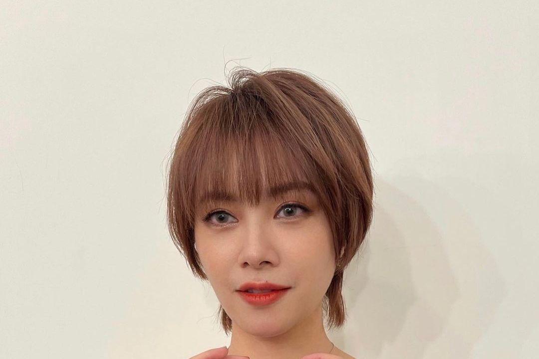 出道23年的徐懷鈺(Yuki)去年8月舉辦個人演唱會,接著鮮少公開露面,多是更新社群動態Po美照和網友互動,不過她23日分享1張與同仁的收工合照,許多粉絲認不出她、找不到她在照片的哪裡,還有人說:「...