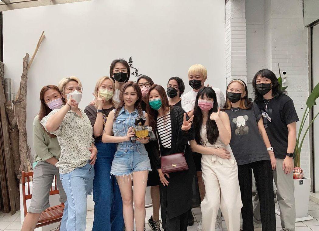 徐懷鈺(前排左四)的模樣讓很多粉絲認不出來。圖/摘自IG