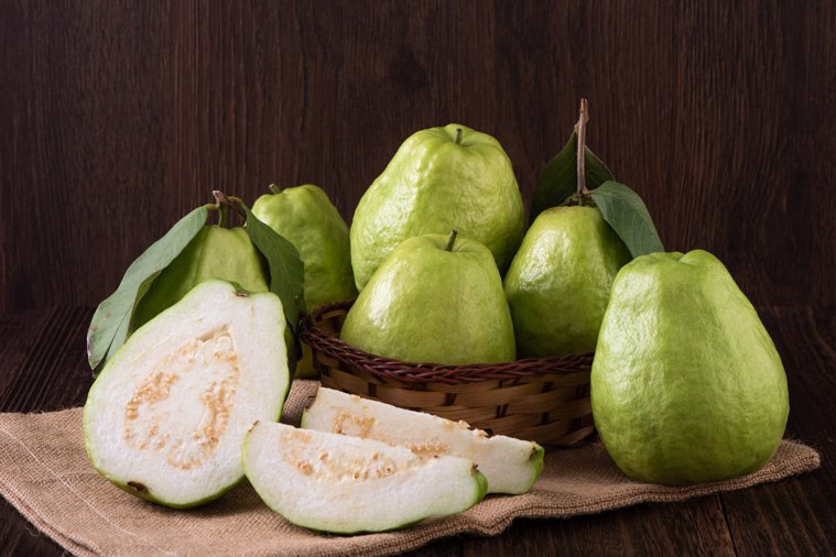 芭樂是維生素C含量多的水果,可提升皮膚的免疫力。圖╱123RF