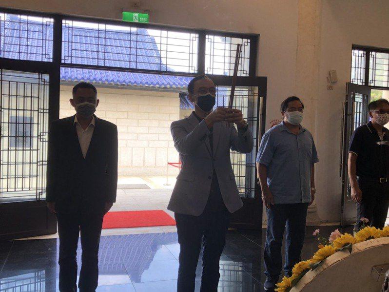 國民黨主席候選人朱立倫(左二)昨天赴金門太武山忠烈祠祭拜八二三砲戰陣亡將士。記者蔡家蓁/攝影