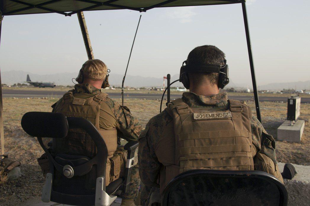 美國基於反恐戰爭的需要,一心想要剷除塔利班政權所庇護的蓋達組織及其首腦賓拉登,為了達到這個目的,華府不惜聯合北方聯盟的軍閥對抗以普什圖人為主的塔利班政權。 圖/美聯社
