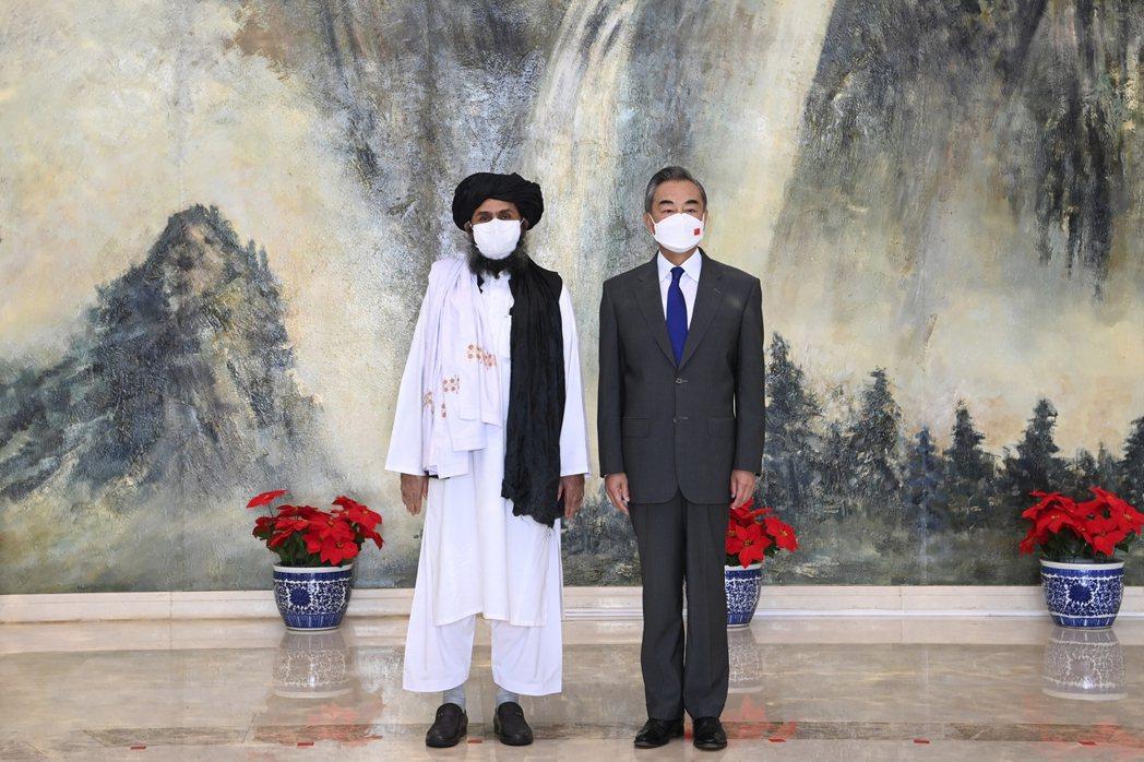圖為中國外交部長王毅於7月28日在天津會見到訪的阿富汗塔利班政治委員會負責人巴拉達爾一行。 圖/美聯社