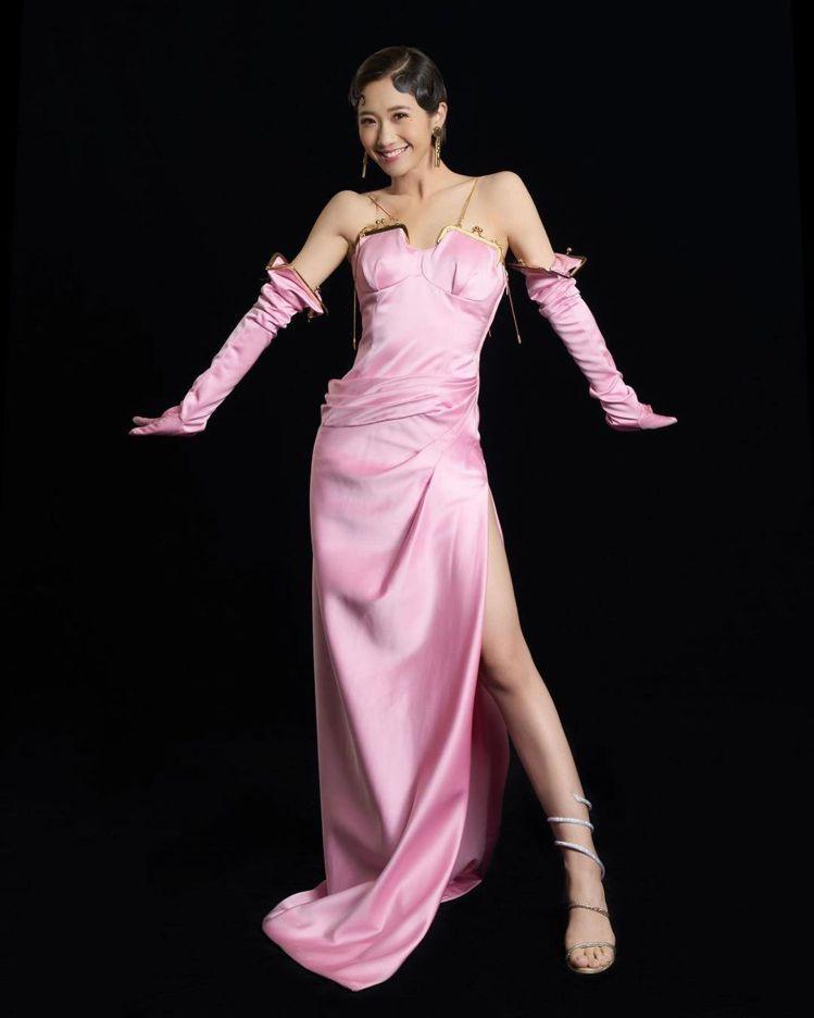 Lulu在金曲獎開場身穿MOSCHINO秋冬系列「出包裝」,搭配Rene Cao...
