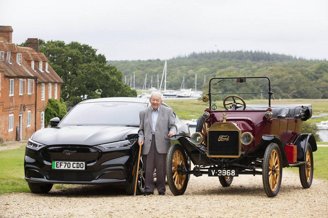 哈羅德·巴戈特與福特T型車及全新Mustang Mach-E合照。 圖/Ford...