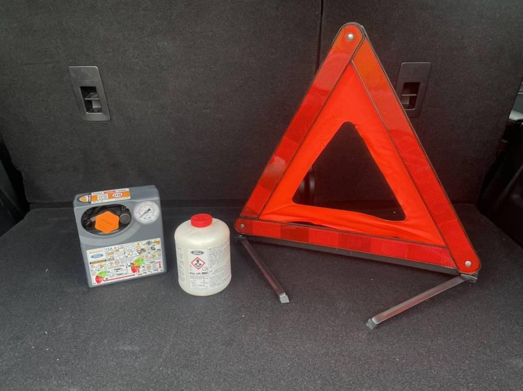 補胎劑、打氣機與三角警示牌是當車輛遇到意外狀況時的重要備品。 圖/福特六和提供