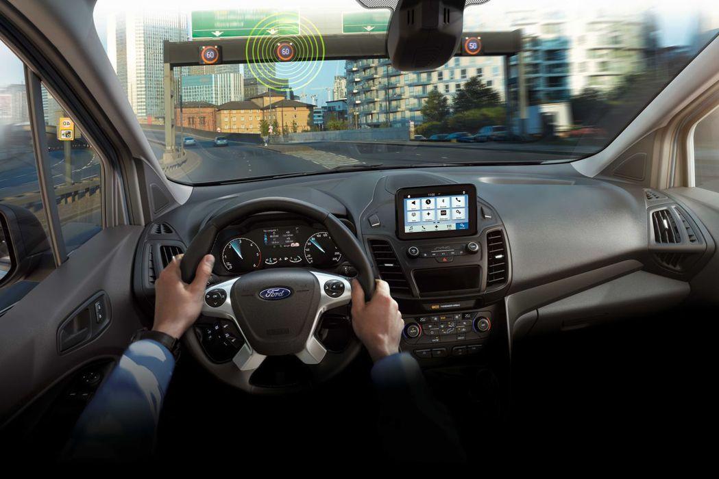 TSR 道路標誌識別輔助系統能透過攝影機監控道路號誌,通知駕駛目前行駛路段的交通...