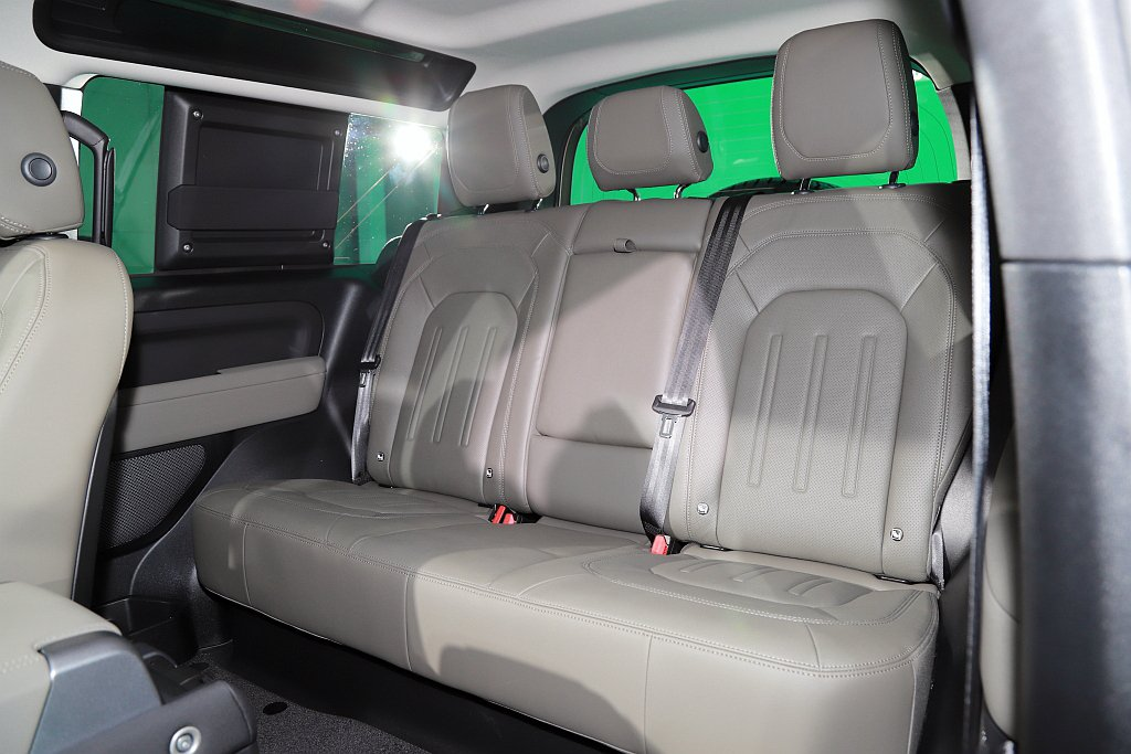 Land Rover Defender 90車室空間採5人座設定,2,587mm...