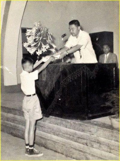 1960年,以全校第一名成績於國小畢業的張豐年。(圖/張豐年提供)