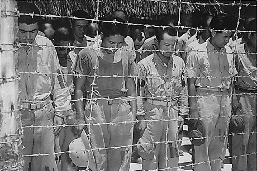 圖為聆聽「玉音放送」的日本戰俘。  圖/維基共享