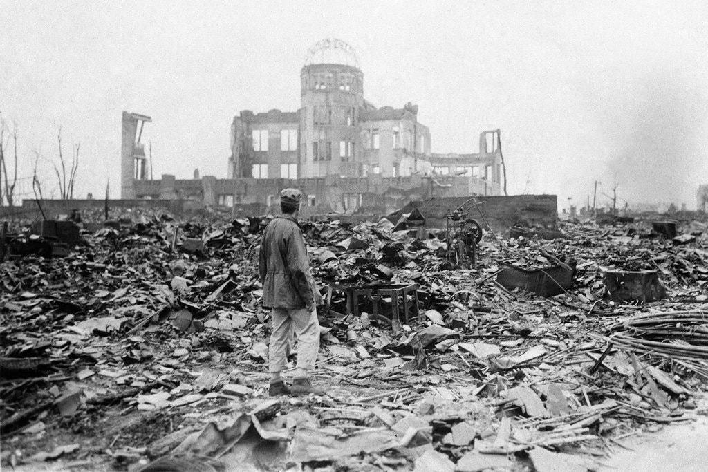 「死去的友輩與活著的我之間的關係該是如何?」圖為二戰原爆後的日本廣島。  圖/美聯社