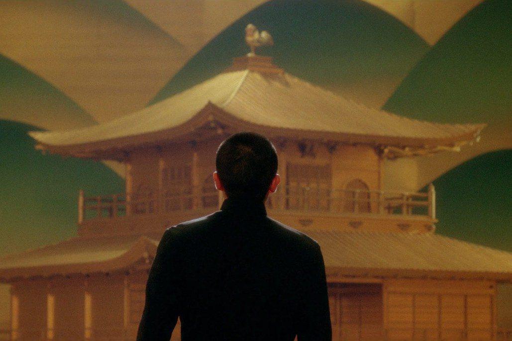 小說最後溝口燒掉金閣寺後,「還是活下去吧」的經典結局,可以視為三島切斷戰前記憶、在戰後社會繼續前行的宣言。圖為1985年的電影《三島由紀夫:人間四幕》。 圖/取自電影《三島由紀夫:人間四幕》