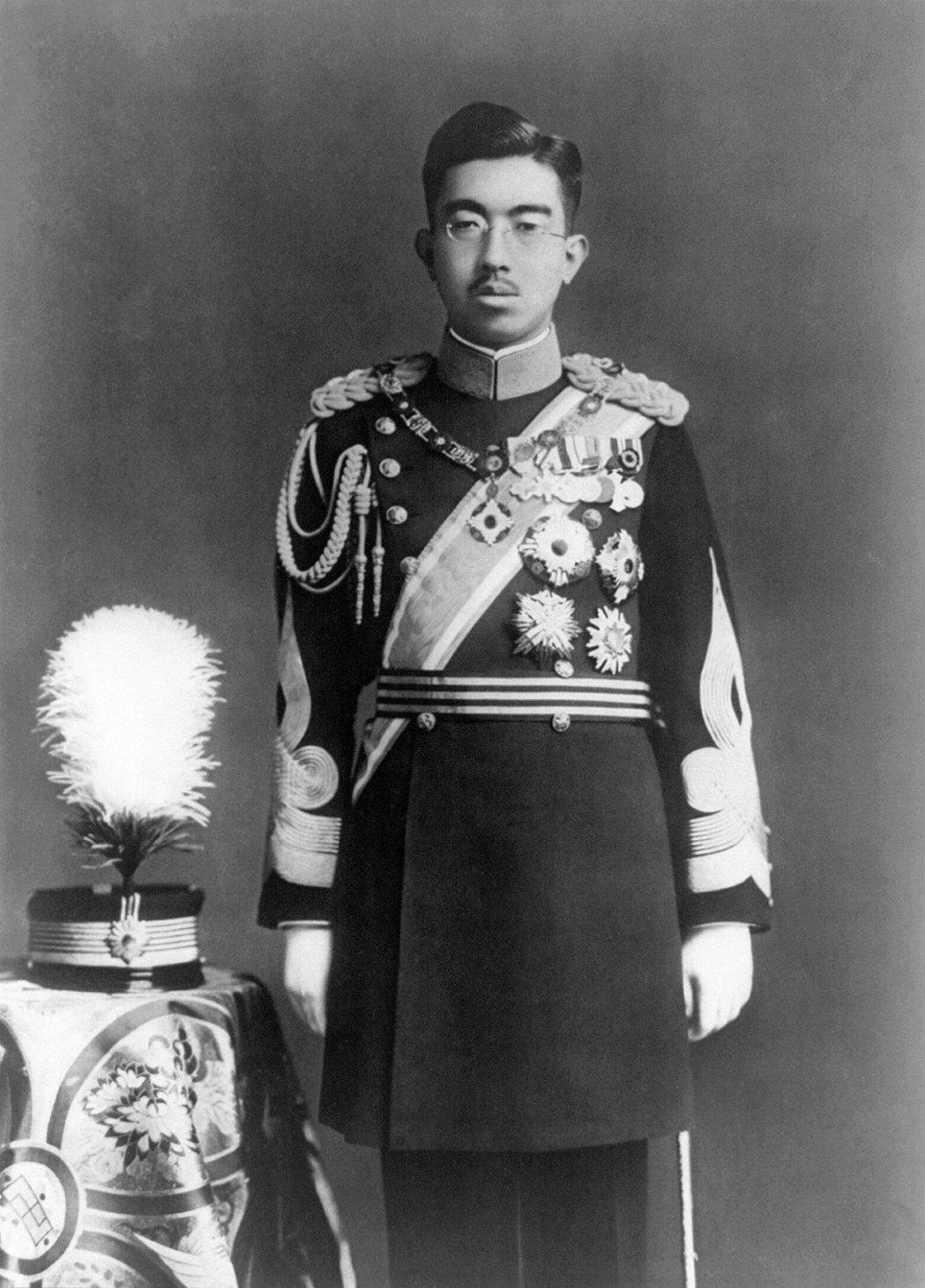 在《文化防衛論》裡,三島把文化賦予對內整合、型塑主體性的功能,更甚者日本對外也能彰顯自主性與獨立性。在這樣的脈絡下,三島提出了「政治天皇」與「文化天皇」的概念。圖為1935年的昭和天皇。  圖/維基共享