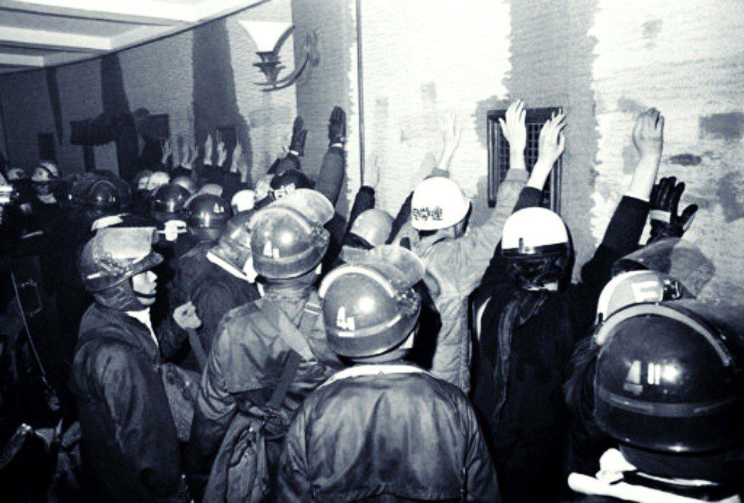 1969年1月18日,在代理校長的同意下,8,500名機動隊隊員進行強勢驅離。圖為當時警察與被捕學生。 圖/美聯社