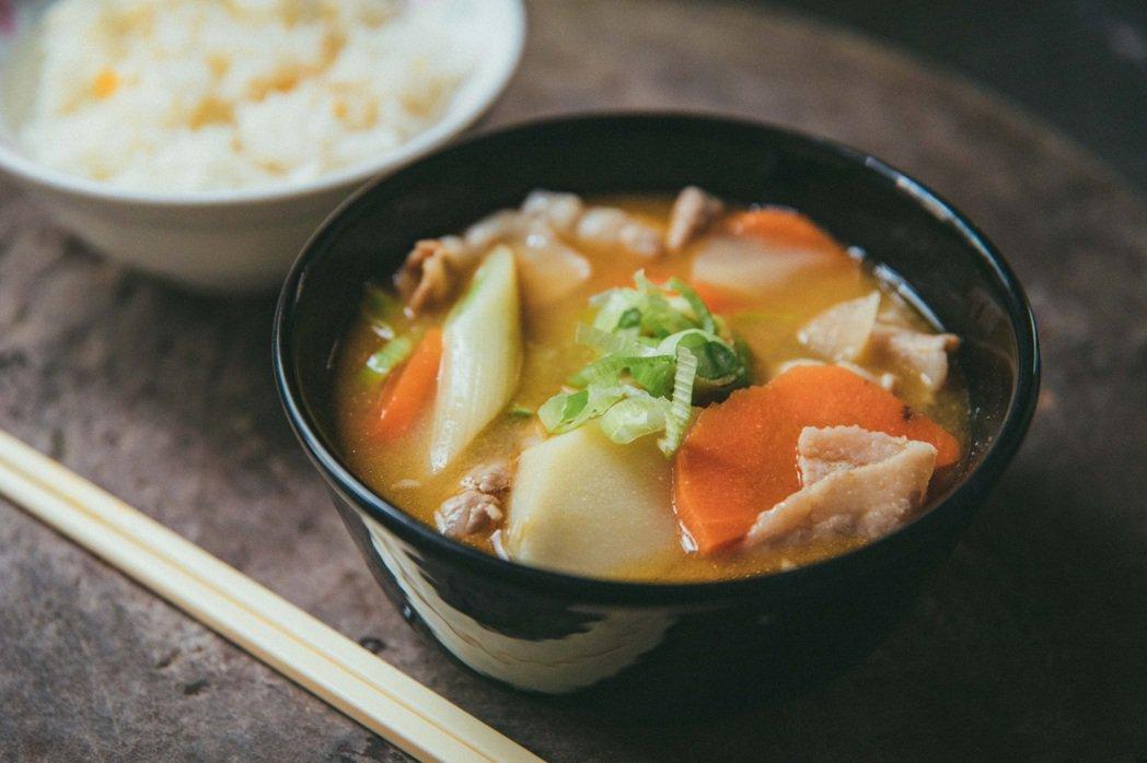 筆者自製成田家的湯豆腐,融入「豚汁」作法的精髓。 圖/施清元攝影