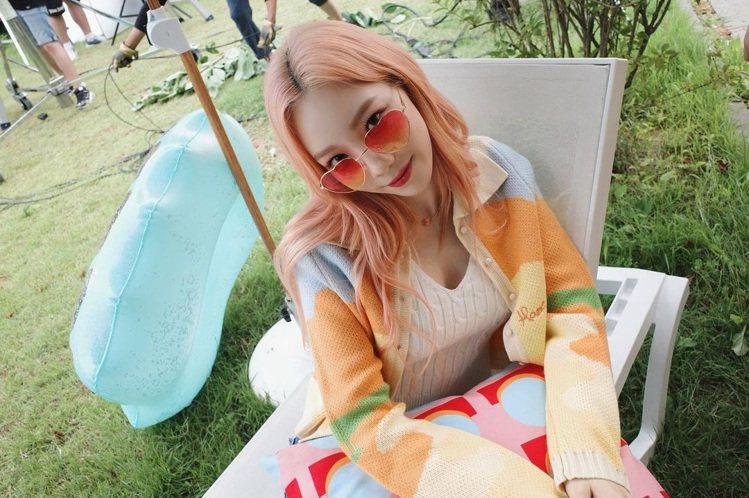 太妍身穿HOUSE OF SUNNY針織衫,露出性感的胸線。圖/取自IG