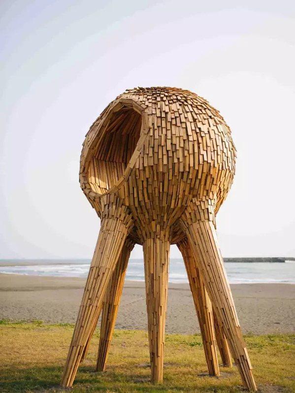 伊祐噶照「心的觸角」高達4公尺,可說是裝置藝術展難得一見的「大物」。 圖/苗栗縣...