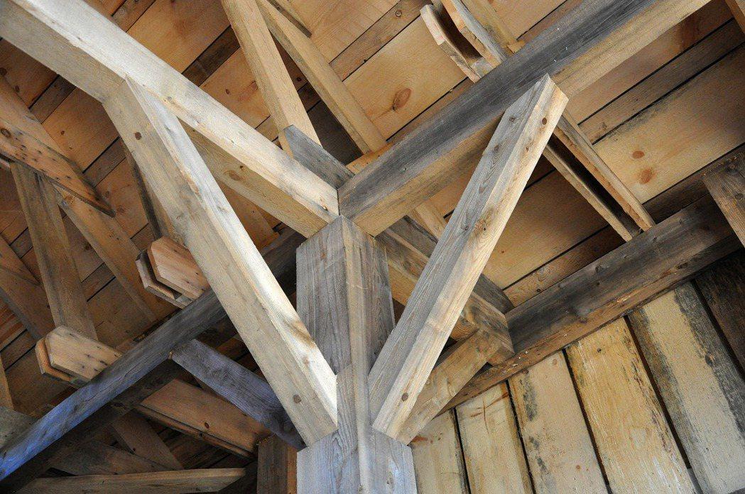 老屋樑柱上有裂縫需注意,本圖為示意圖。 圖/免費圖庫pixabay