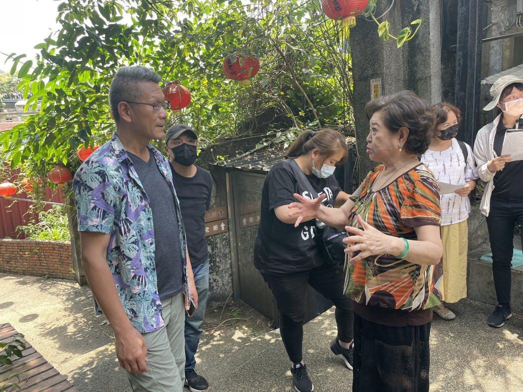 金馬影后陳淑芳(右)拍攝黃金博物館「礦山藝術季」宣傳影片,和參與拍片的石山里長吳...