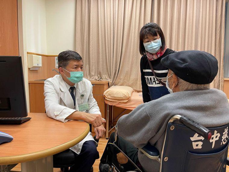 廖姓老翁出院後回診,台中慈濟醫院胸腔外科主任吳政元檢查確認恢復良好,已無疼痛症狀...