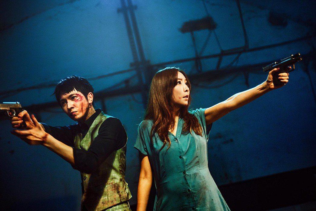 李宓(右)在新歌「新娘紗」MV裡和陳璽安化身亡命鴛鴦。圖/亞凰國際娛樂