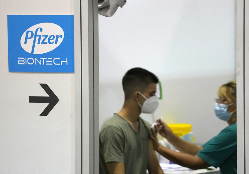 美國食品藥物管理局(FDA)昨天批准輝瑞/BNT疫苗的完全授權申請,但台灣是否會跟進?生技業人士持保留看法。美聯社
