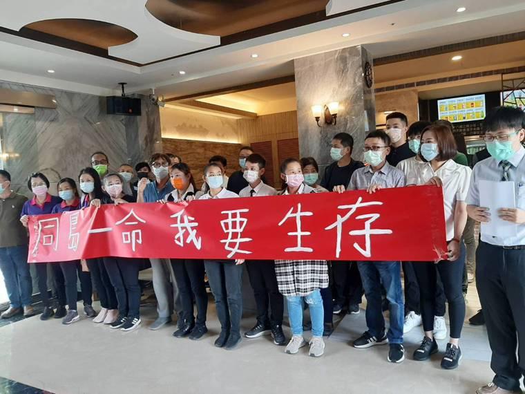 台中市KTV業者說,現在不是拚經濟,而是要為員工求生存。記者陳秋雲/攝影