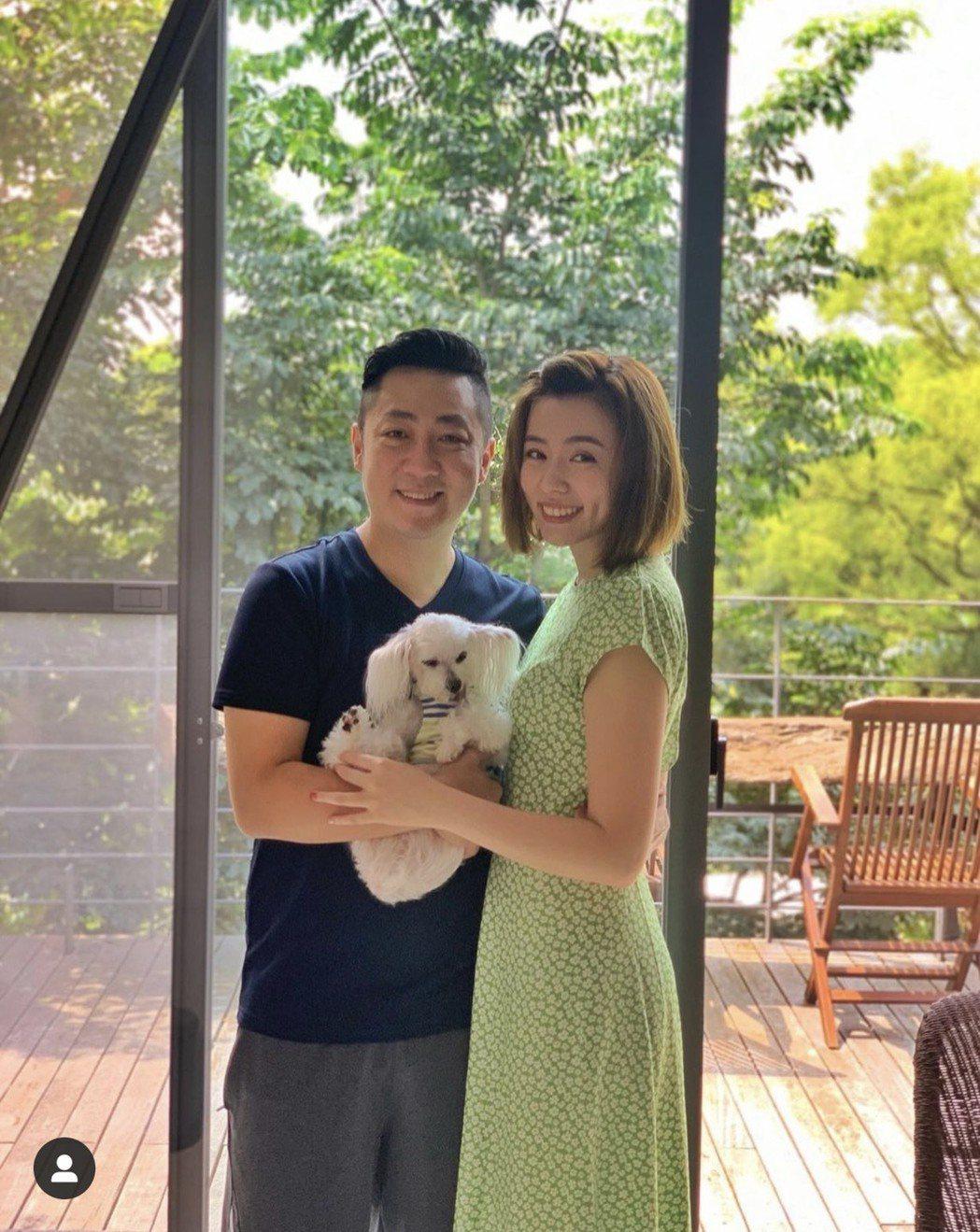 王瞳、艾成帶著愛犬哈嚕一起去度假,慶祝相戀10周年。圖/摘自IG