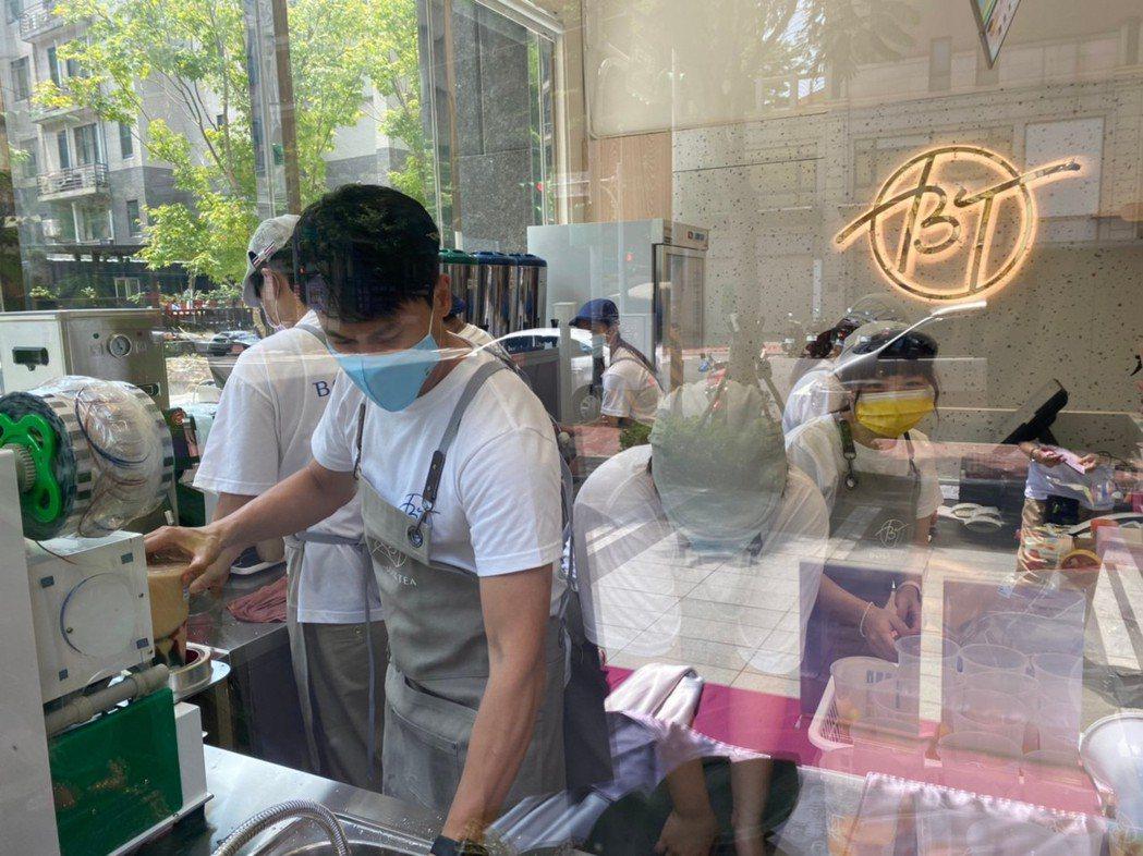 王建復開茶飲店親自下場服務。圖/BT提供