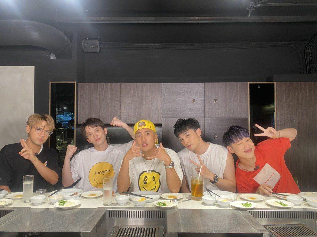 「五堅情」一起出「食尚玩家」外景。圖/TVBS提供