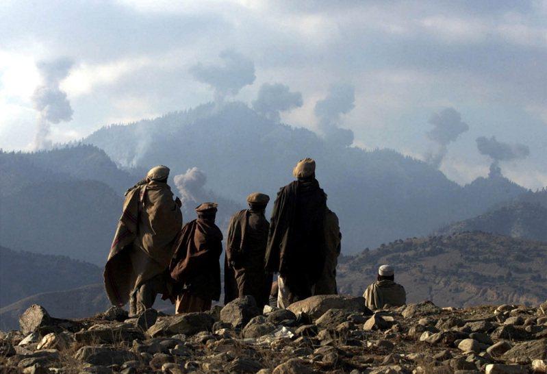 美國總統拜登做出阿富汗撤軍的重大決定,是基於認定恐怖組織無法再把阿富汗當作對美恐攻的跳板,但專家擔心,阿國境內兩大恐怖組織:凱達與伊斯蘭國可能藉機捲土重來。路透