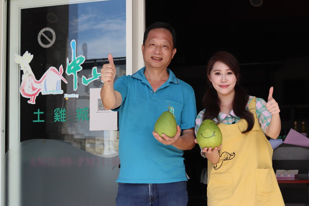 王露瑤(右)與中山休閒農業區理事長林長輝一同拍攝宜蘭柚子推廣短片。圖/楠軒工作室