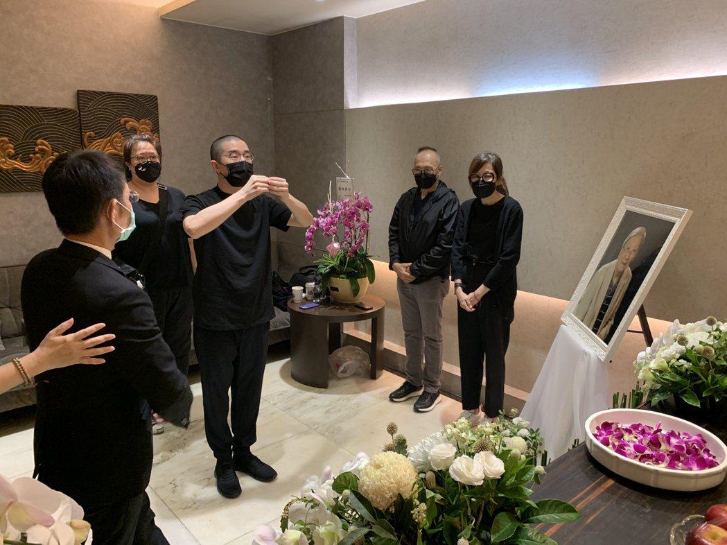 房祖名向已故的台灣導演李行上香。圖/兩岸電影交流委員會提供